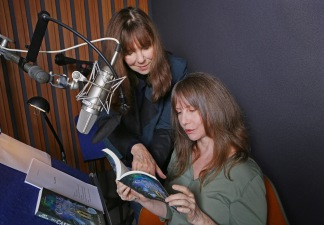 author-amy-ephron-and-narrator-laraine-newman-record-castle-in-the-mist-audiobook_cr-tracy-gitnick